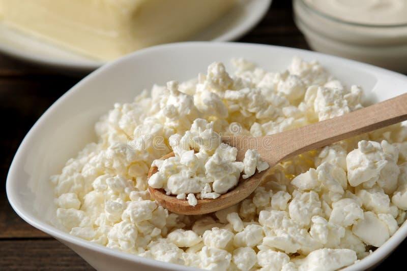 Dojni produkty chałupa sera zbliżenie, mleko, kwaśna śmietanka, ser, masło na brązu drewnianym stole obrazy stock