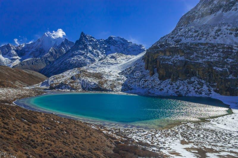 Dojny jezioro przy Yading rezerwatem przyrody fotografia stock
