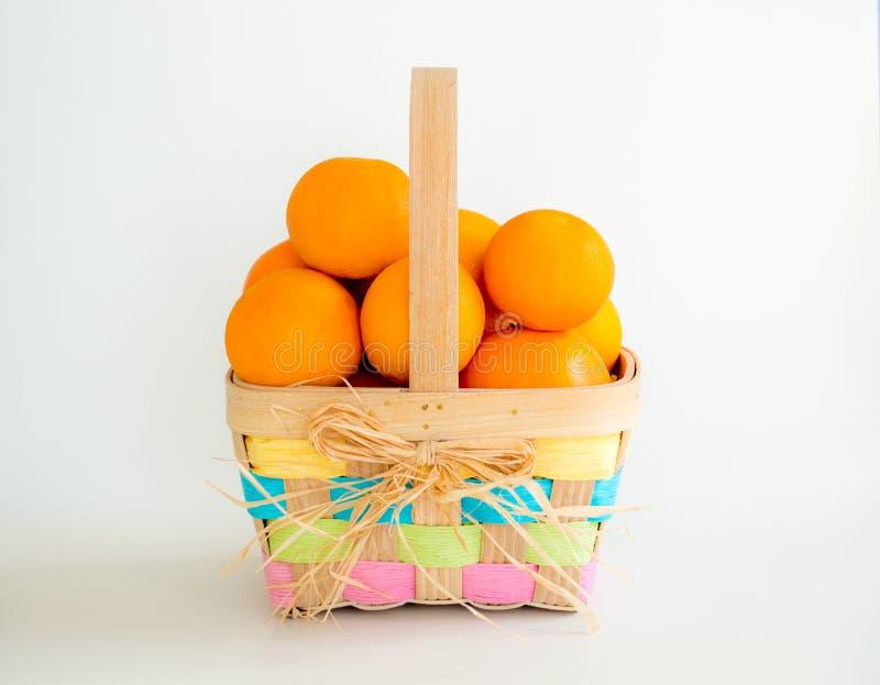 Dojrzałe pomarańcze w Wielkanocnym koszu obraz royalty free