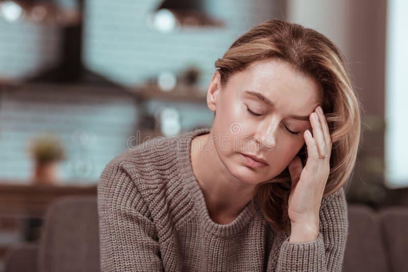 Dojrzałej kobiety czuciowa choroba i osamotniony zostaje domowy samotny zdjęcie stock