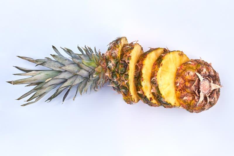 Dojrzały ananasowy owoc cięcie w plasterki zdjęcie royalty free