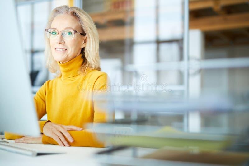 Dojrzały bizneswoman w biurze zdjęcia stock