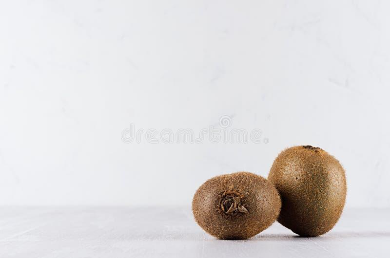 Dojrzała świeża kiwi grupa na białej miękkiej drewno desce, kopii przestrzeń fotografia stock