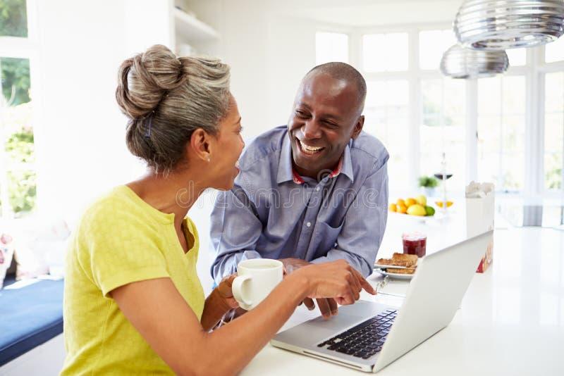 Dojrzała amerykanin afrykańskiego pochodzenia para Używa laptop Przy Bre fotografia stock