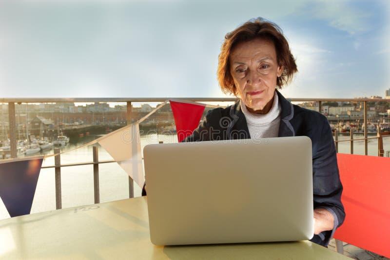 Dojrzała biznesowa kobieta pracuje na laptopie obrazy royalty free