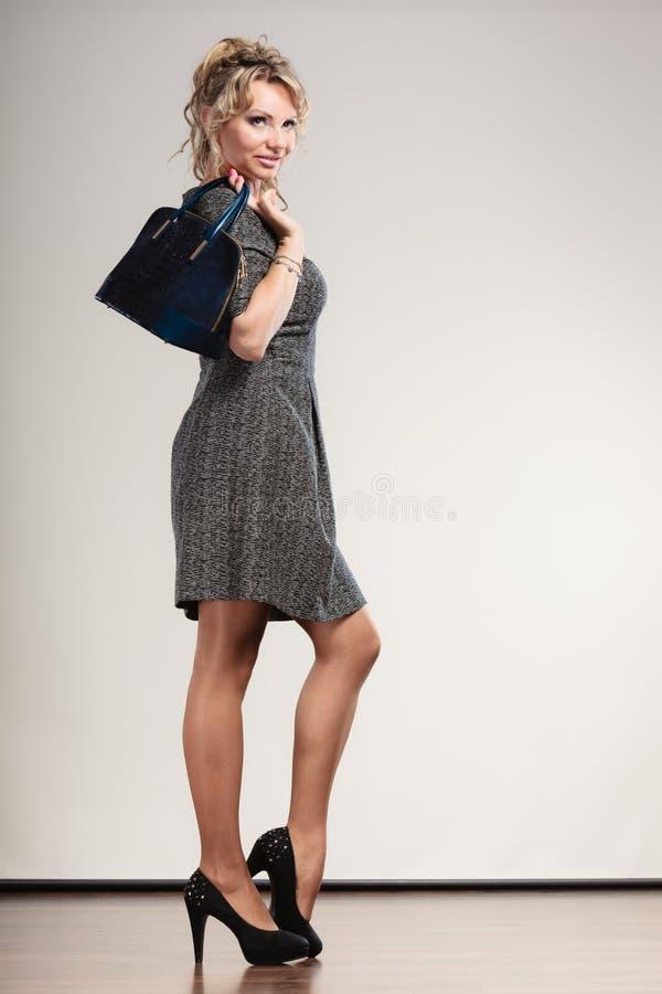 Dojrzała biznesowa kobieta trzyma torebkę obrazy royalty free