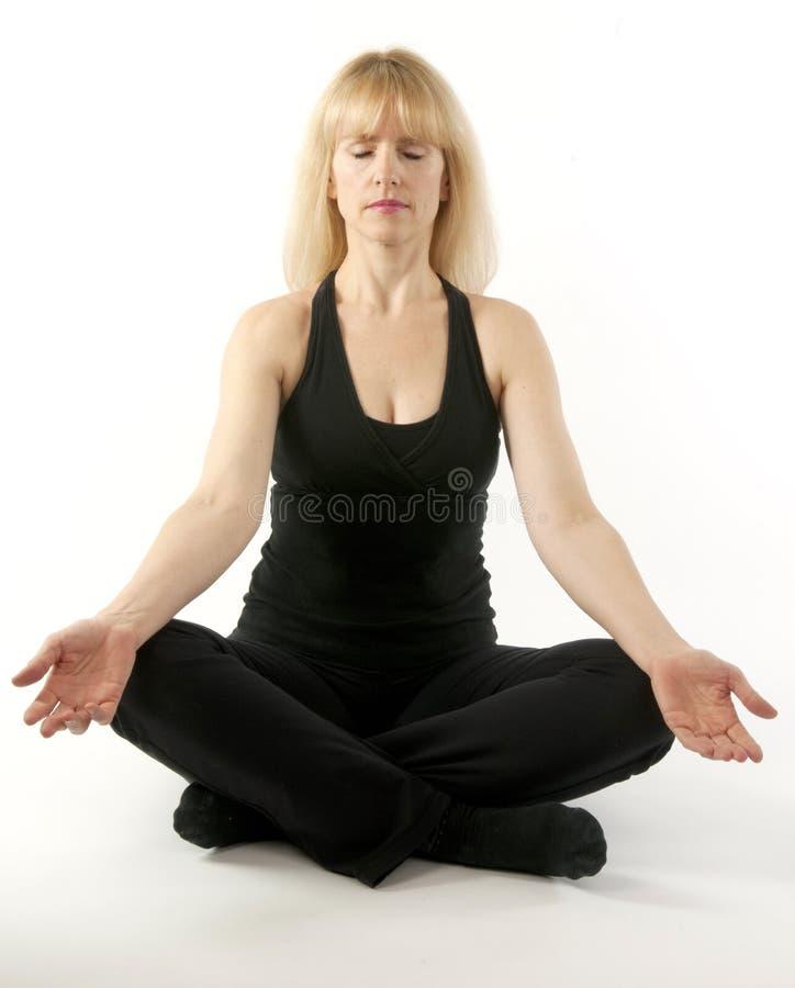 Dojrzała blond kobieta robi joga rozciąga ćwiczenie obrazy royalty free