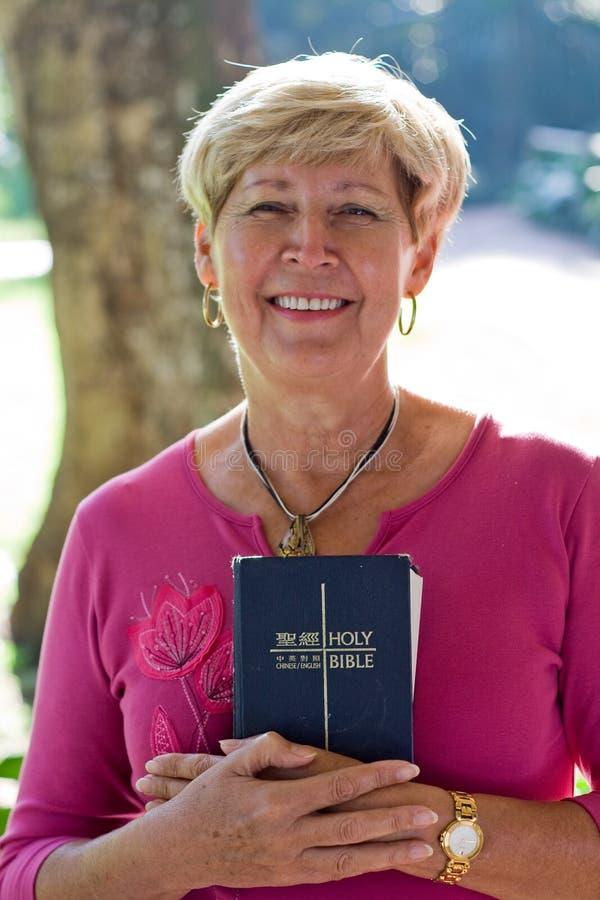 dojrzała kobieta biblii obraz stock