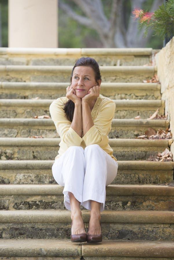 Dojrzała kobieta patrzeje stresujący się i osamotniony obraz royalty free