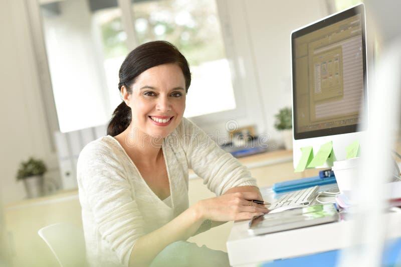 Dojrzała kobieta pracuje w biurze zdjęcia royalty free