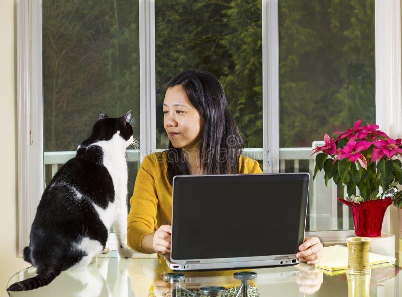 Dojrzała kobieta pracuje w domu z rodzinnym patrzejący ona obrazy stock