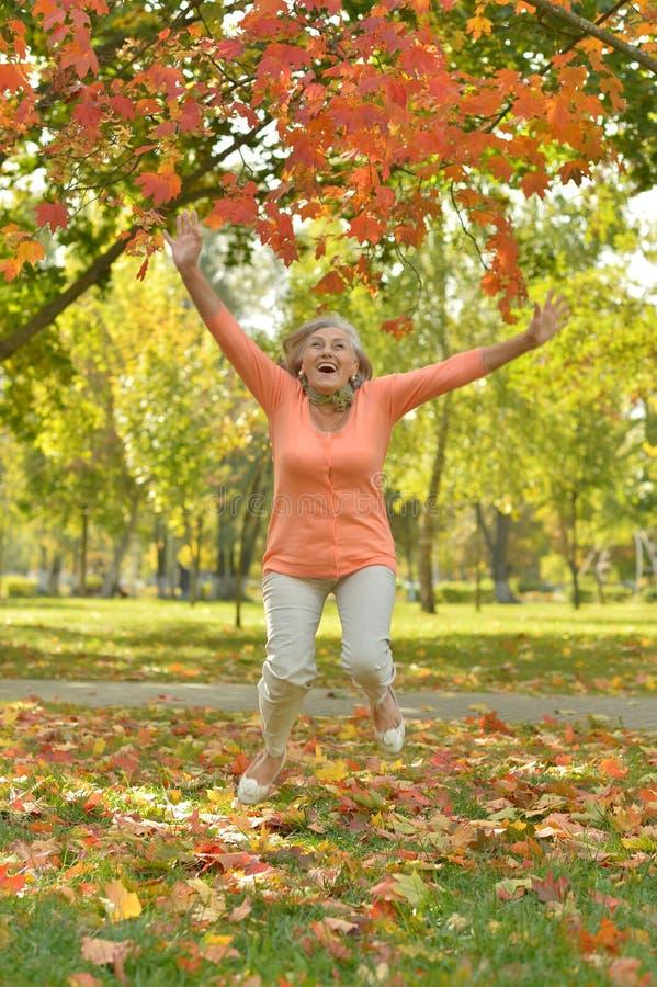 Dojrzała kobieta skacząca na świeżym powietrzu jesienią zdjęcia royalty free