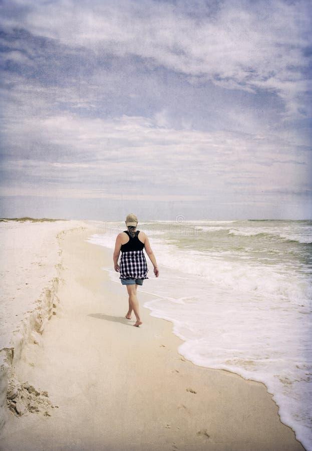 Dojrzała kobieta Spaceruje na Pogodnej Plażowej Artystycznej fotografii zdjęcie stock
