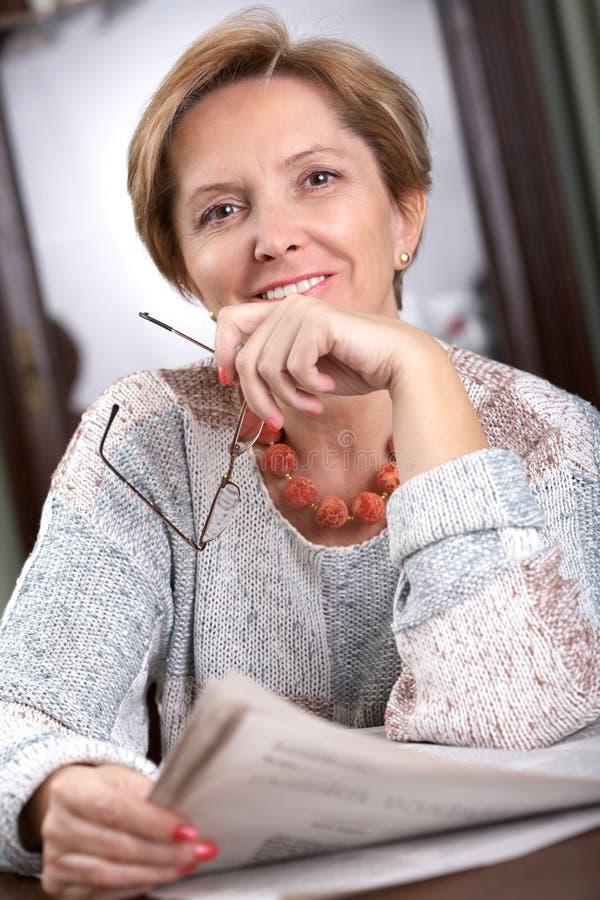 dojrzała kobieta uśmiechnięta fotografia stock