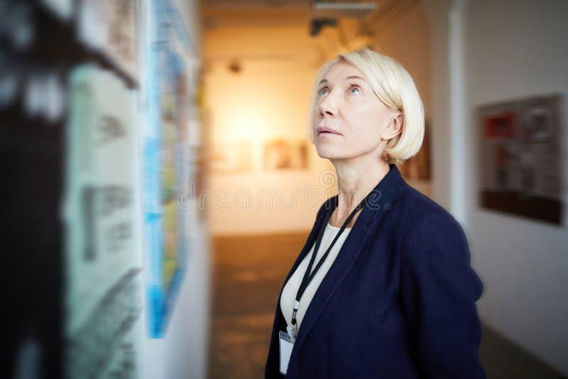 Dojrzała kobieta w galeria sztuki obraz stock