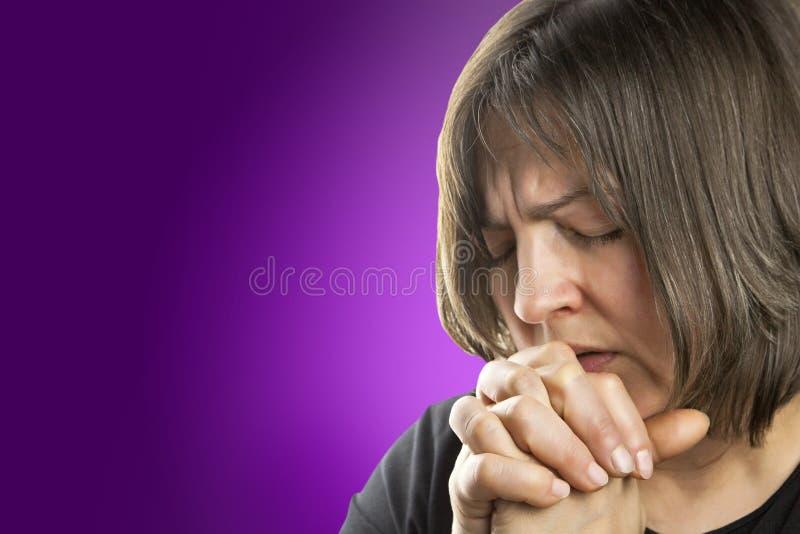 Dojrzała kobieta w płomiennej modlitwie obraz royalty free