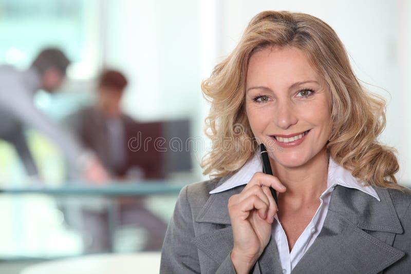 Dojrzała kobieta w szarość kostiumu zdjęcie royalty free