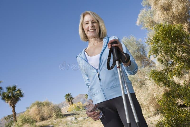 Dojrzała kobieta Z Chodzącymi słupami zdjęcia royalty free
