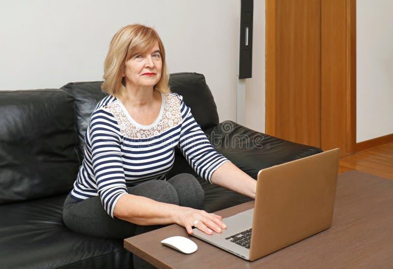dojrzała kobieta z laptopa obrazy stock