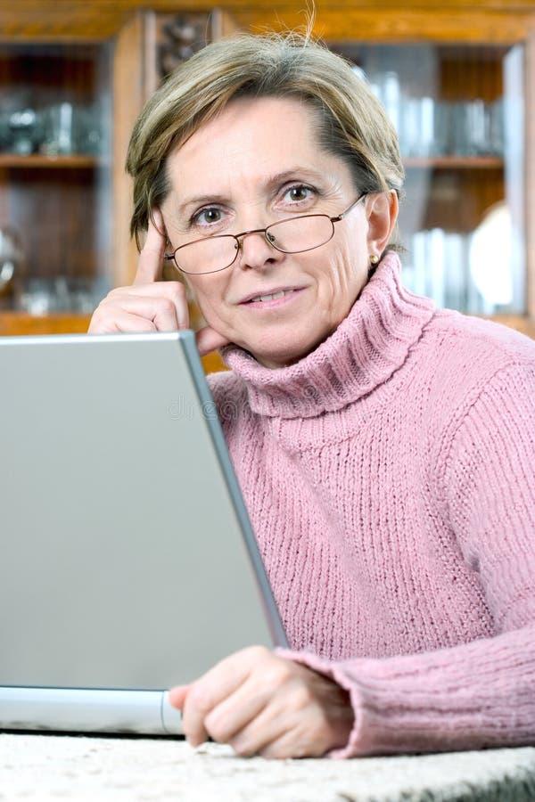 dojrzała kobieta z laptopa obraz royalty free