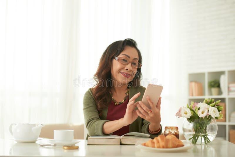 Dojrzała kobieta z telefonem obraz royalty free