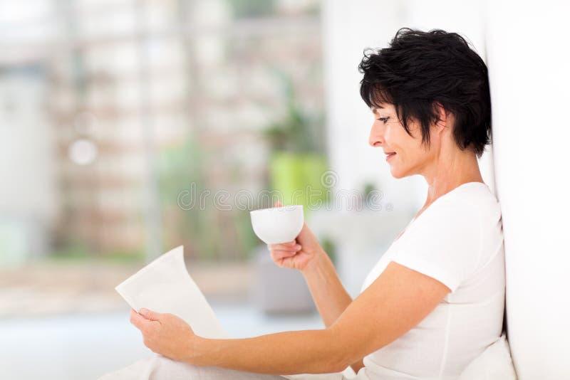 Dojrzała kobiety gazeta obraz stock