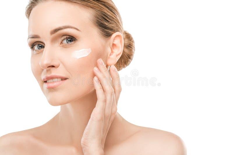 Dojrzała kobiety piękna opieka zdrowotna odizolowywająca na bielu zdjęcie royalty free