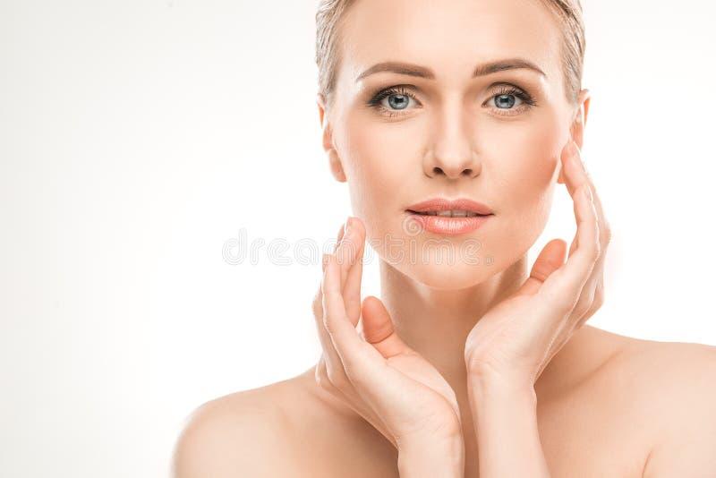 Dojrzała kobiety piękna opieka zdrowotna odizolowywająca na bielu obraz stock