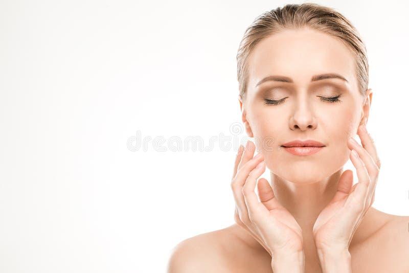 Dojrzała kobiety piękna opieka zdrowotna odizolowywająca na bielu zdjęcia stock