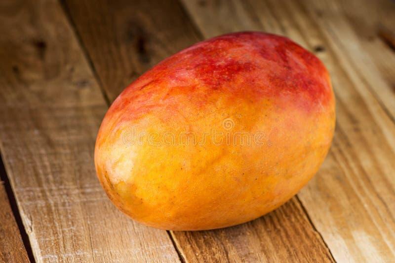 Dojrzała Kolorowa rewolucjonistka i Żółty Cały mango na Wietrzejącym Drewnianym tle Smoothie składnika Tropikalnej owoc Zdrowa di obrazy royalty free