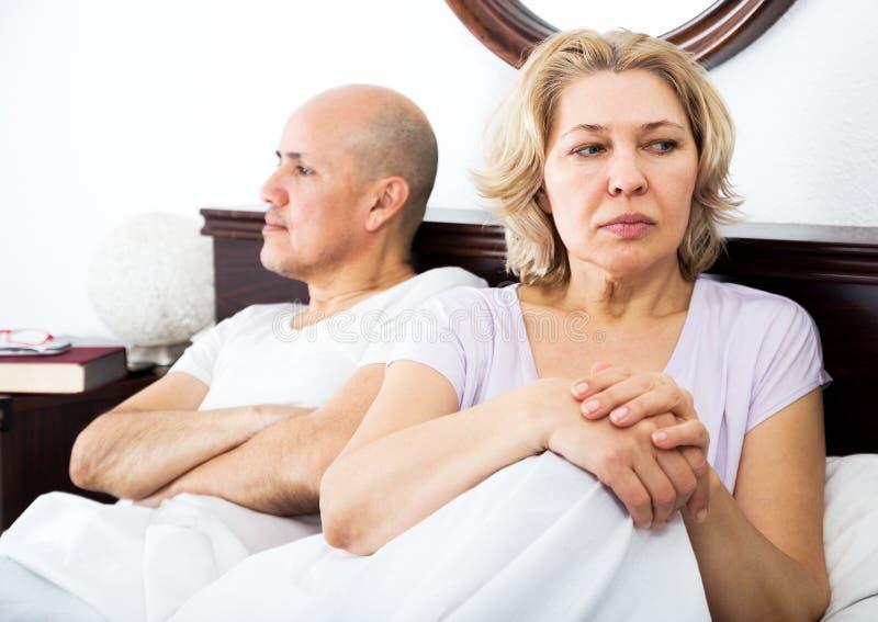 Dojrzała para kłóci się w łóżku obrazy royalty free