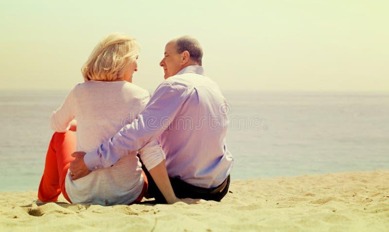 Dojrzała para przy piasek plażą obraz stock