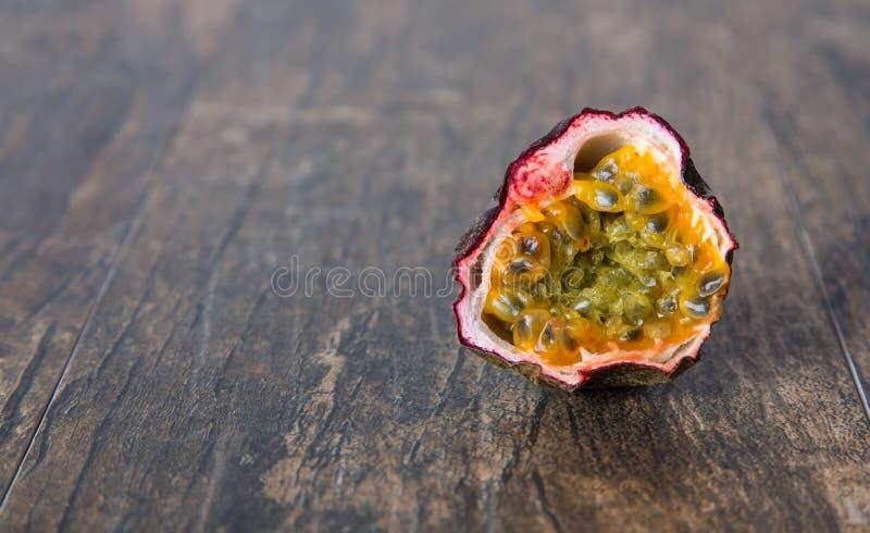 Dojrzała pasyjna owoc pokrajać wewnątrz przekrawa zakończenie na brąz powierzchni zdjęcia royalty free