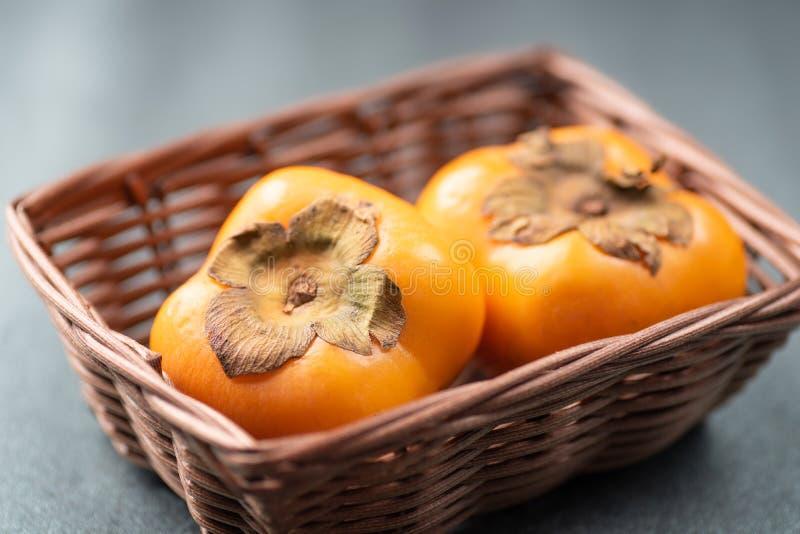 Dojrzała persimmon owoc w koszu obrazy royalty free