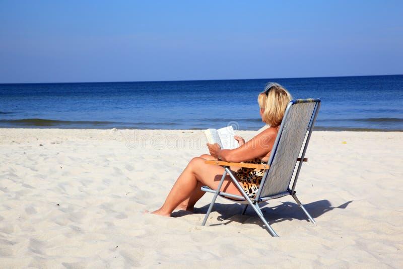 dojrzała plaży kobieta zdjęcie royalty free