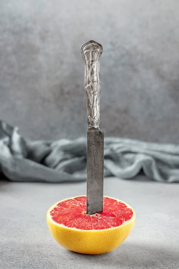 Dojrzała połówka różowa grapefruitowa cytrus owoc na kamiennym stole Sl zdjęcia royalty free