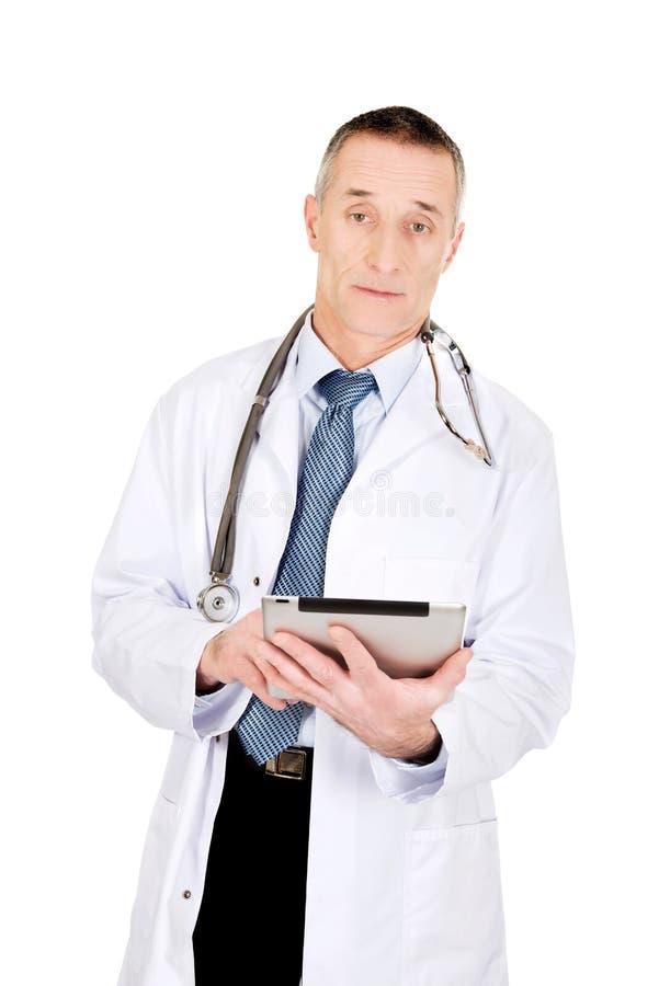 Dojrzała samiec lekarka używa pastylkę zdjęcia royalty free