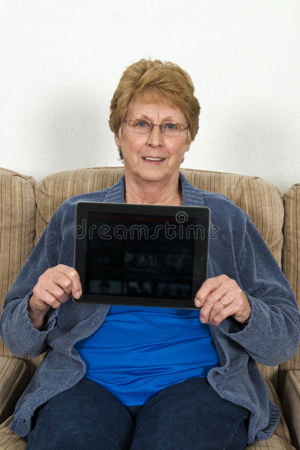 Dojrzała Starsza Starsza kobieta Z Ipad komputerem fotografia royalty free