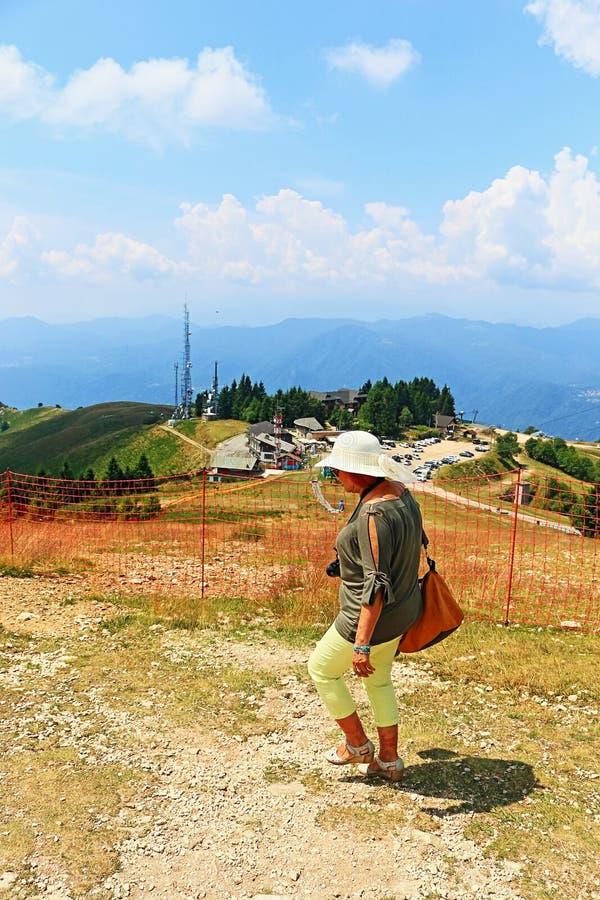 Dojrzała turystyczna kobieta objeżdża Mottarone szczyt Włochy obraz stock
