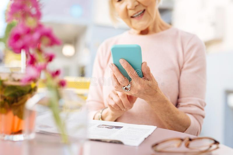 Dojrzałe żeńskie ręki używać telefon obraz stock