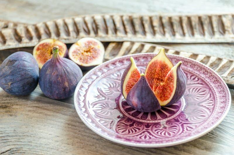 Dojrzałe figi: przekrój poprzeczny i całe owoc fotografia royalty free