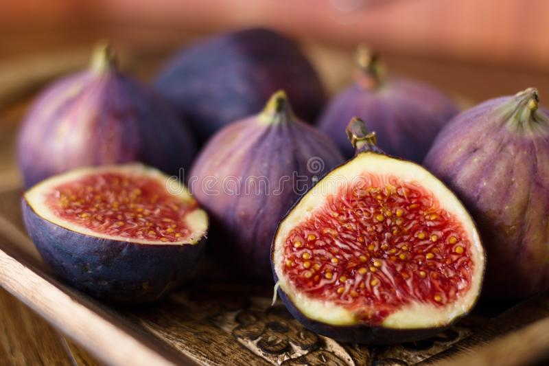 Dojrzałe figi w drewnianym pucharze na zdjęcie royalty free