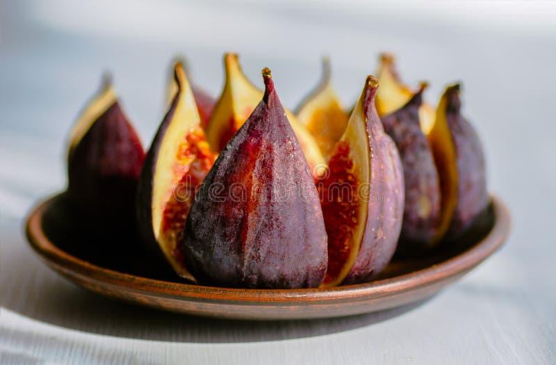 Dojrzałe figi w talerzu na białym drewnianym tle zdjęcia stock