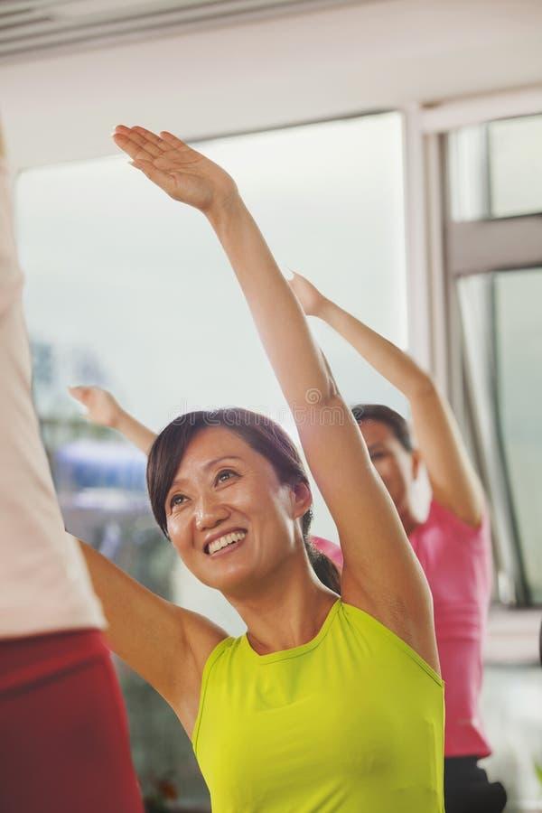 Dojrzałe kobiety ćwiczy w gym obraz royalty free