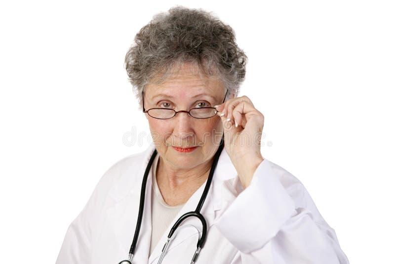 dojrzałe kobiety doktorskiej poważnie obrazy stock