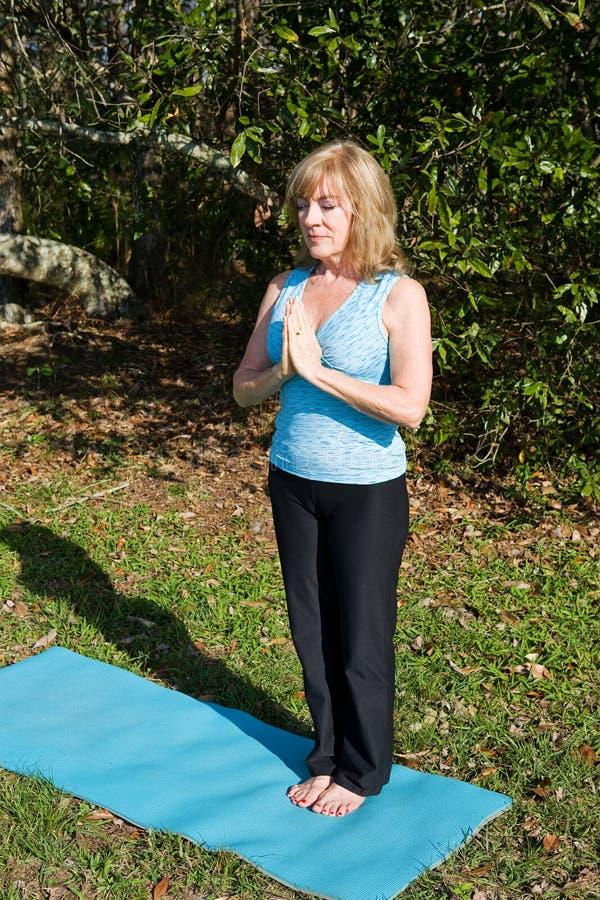 dojrzałe kobiety jogi oddychać fotografia stock