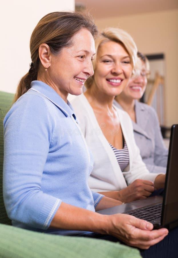 Dojrzałe kobiety pracuje z dokumentami obrazy stock