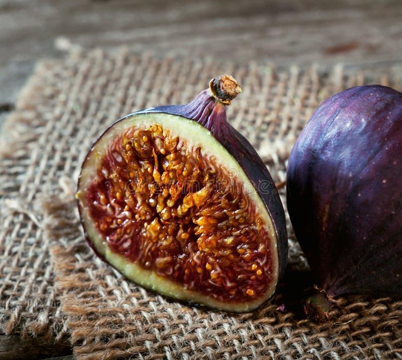 Dojrzałe przyrodnie figi stary drewniany burlap i stół fotografia royalty free