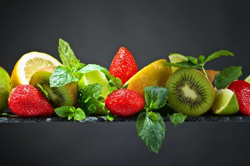 Dojrzałe soczyste owoc i miętówka z wodnymi kroplami obrazy stock
