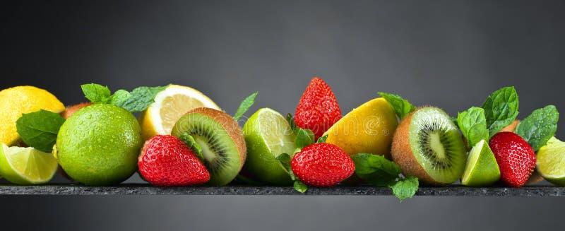 Dojrzałe soczyste owoc i miętówka z wodnymi kroplami obraz royalty free